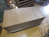 桐たんすの裏板が桐の無垢板で出来ている為、割れが出ます。本物の証拠ですだから直せます。
