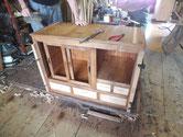 上台パーツを組み立て底板、棚板、裏板、天板を打ち完成しました。