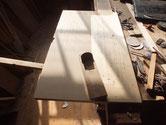 開桐たんすの扉の裏面を鉋がけして表面も削ります。