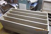 桐箪笥の中段の胴縁、棚板に新し桐を貼る修理をしました。