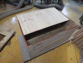 高山市より修理依頼の箪笥の裏板を剥がし木地を出し打ち直しをします。