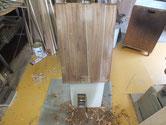 桐箪笥本体の側板を鉋をかけ奇麗な木地をを出します。