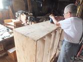 本体と棚板の割れを固め付いている塗膜をサンダーにて落とし木地を出しました。