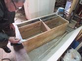 時代箪笥の裏板は塗膜が強く割れ方も素直でない為、貼替修理をします。
