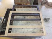 引戸の表面の汚れをサンダーでとって木地調整をします。