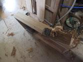 引出前板を鉋をかけ汚れ部分を取り除きます。