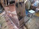 本体側板の塗膜を取る為、鉋をかけ木地を出します。