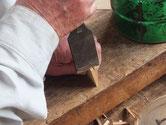 削り終えた柾のヒノキを鑿で適切な感覚で割っていきます。