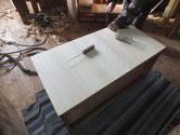 高価な箪笥がベニヤ板でしたので桐板に交換しています。