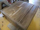 裏板が割れている為、埋め木にて修理しました。割れ方が変形している為、直しに手間がかかります。