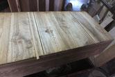 引出の底板が多く割れている為、埋め木修理をしています。