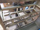名古屋市より修理依頼の水屋戸棚の分解、引出しのすべり外しをします。