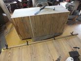 桐たんすの裏板の割れと欠けなどを埋め木にて修理します。