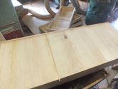 桐箪笥の底板の割れに埋め木をして割れ塞ぎ修理をします。