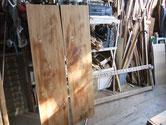 分解した水屋戸棚の側板部分です。汚れを落し水拭き状態です。