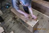 底板修理と清掃を終え引出全面を鉋がけをします。