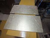 黒檀箪笥の引き戸の戸板の紙を剥がし新しい紙を貼りました。