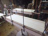 制作桐箪笥の棚板の厚み調整の為、桐を貼る作業です。