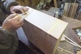 新しく作った桐柾板の厚みを揃え引出面に貼りました。
