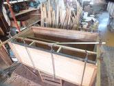 桐箪笥の鉋がけした接地面に新しい桐板を貼り乾き後、棚板を貼ります。