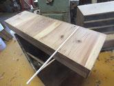 刀箪笥の引出底板割れに埋め木をして修理します。