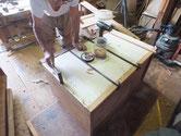 新しく作った裏板を木クギを打って貼り付けています。
