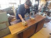 水屋戸棚の棚板、裏板、側板の木地にオイル塗装をしました。
