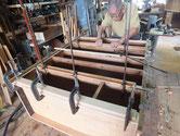 時代箪笥の胴縁、棚板を鉋がけして新しい木を貼りました。