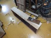 新しく貼った柾桐を粗削りのままなのでカンナで整えます。