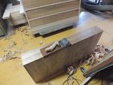 重ね箪笥の本体は仕上り引出の仕上げ削りです。