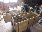 桐タンス本体の胴縁、棚板に接地面を作り新しい桐を貼っています。