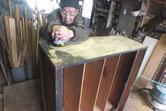 本体に付いている塗膜をサンダーで落とし木地を出します。