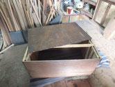 裏板がベニヤ板の為、長く使って頂くために桐板に変えます。