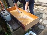 一宮市より修理依頼の時代箪笥の引出の荒洗いと洗剤洗いをしました。