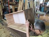 胴縁、棚板の貼替修理を終え、側板の削り付けをしました。板自体が反り鉋が一律にかかりません。調子に乗り削りすぎると大変です。