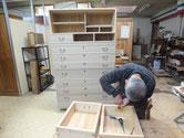名古屋市より修理依頼の桐たんすの金物を外しています。