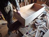 新しい前板に引出本体を取り付け側板の足らない部分の板貼りです。