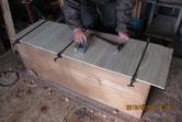 割れが酷いために新しく作った裏板を貼る修理です。