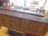 大引の底板が多く割れている為、埋め木修理をしました。