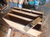本体の胴縁、棚板に鉋がけをして木を貼る接地面を作ります。