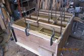 本体の胴縁、棚板に新しい木を貼り割れ欠け修理をします。
