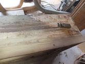 箪笥本体の天板にヤニが浮き汚れ取りが出来ませんので鉋がけです。