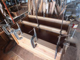 箪笥の胴縁と棚板に新しい木を貼り前面の修理をしましす。
