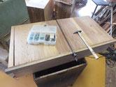 引出底板の糊が切れている為、糊入れ補強と割れに埋め木修理をしました。