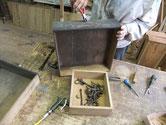 名古屋市より修理依頼の水屋戸棚の分解で引出の金物外しです。