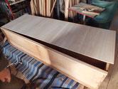 大阪市より修理依頼の黒檀タンスの裏板を剥がし桐板に貼りかえます。