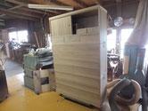 桐たんすの引出の建付け、引出しの滑り具合を調整し白木完成と言いたいのですがまだ仕事はあります。
