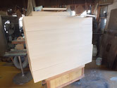 桐たんすの砥の粉下塗りが乾燥したため、ヤシャ仕上げにて仕上げ塗をしました。