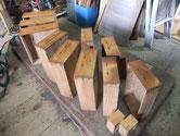 引出の前面をカンナで削り木地調整をした面に柿渋を塗りました。
