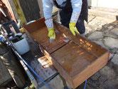 東京都より修理依頼の時代箪笥の引出洗いにかかりました。汚れが強く浸みこみ苦戦しました。